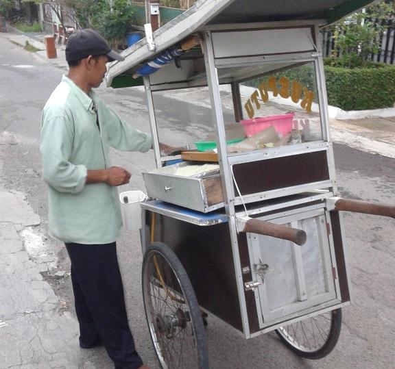 penjual kue putu langganan